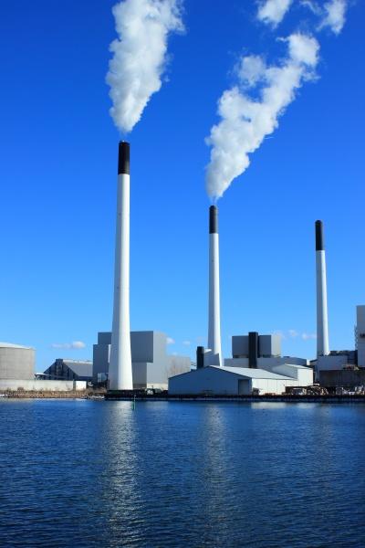fabrikkamine an der energieanlage mit blauem