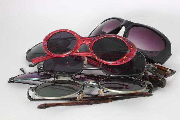 stapel der sonnenbrille mit roten paaren