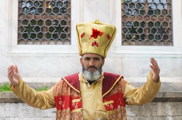 traditionell gekleidete tuerkische mann