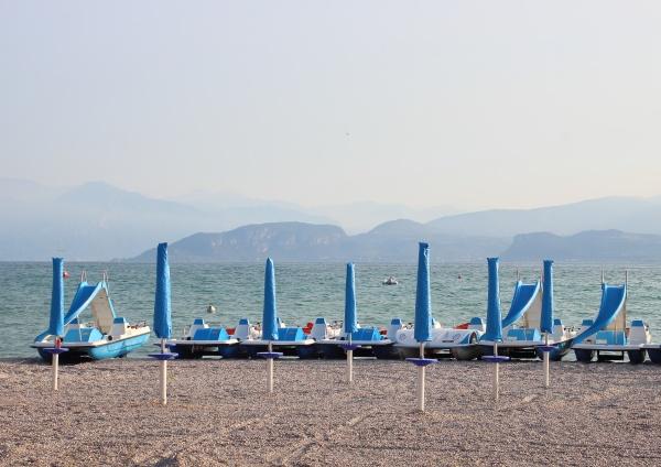 wasserzyklen und sonnenschirme am leeren strand