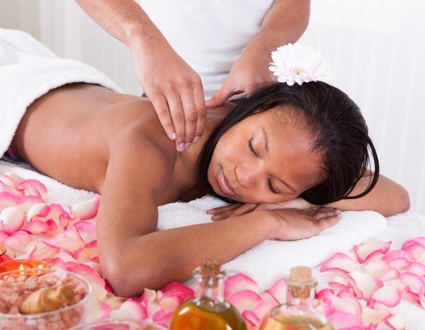 frau die massage im spa empfaengt