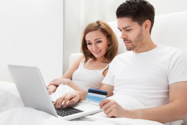 junges paar einkaufen online