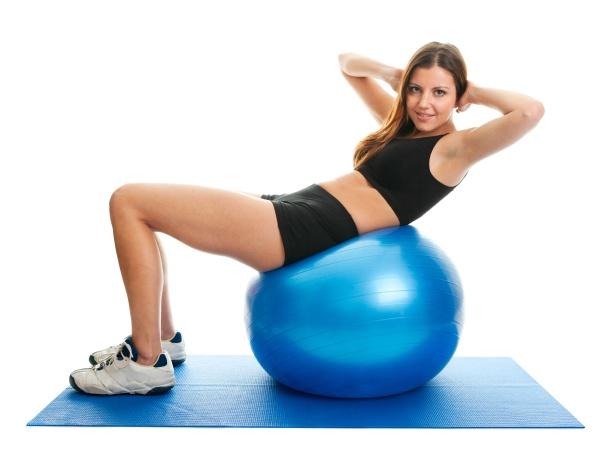 fitness frau tun crunches auf gymnastikmatte