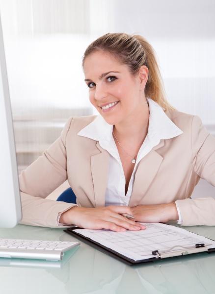 frau person desktop professionell profi erfreut