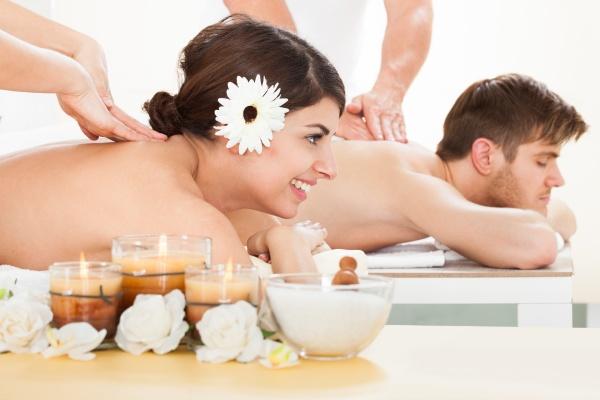 paar empfangen massage im spa