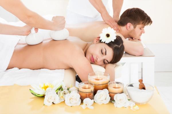 paar empfangen back massage in spa
