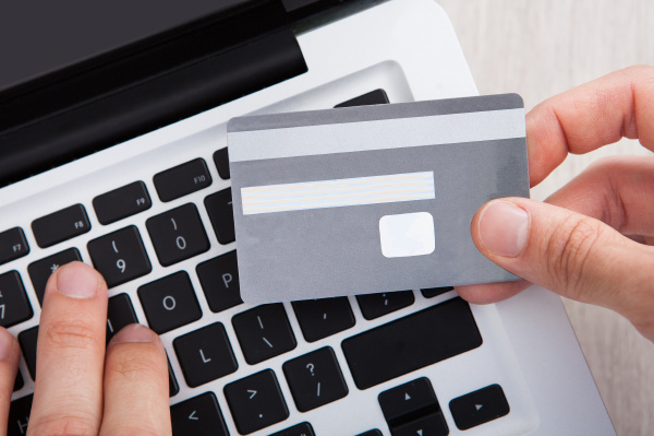 geschaeftsmann mit kreditkarte online shopping am