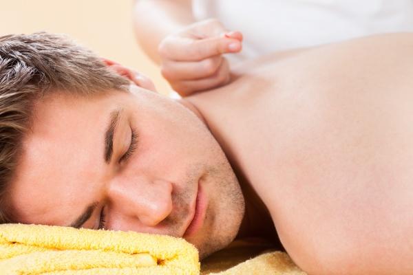 entspannter mann mit akupunktur behandlung im