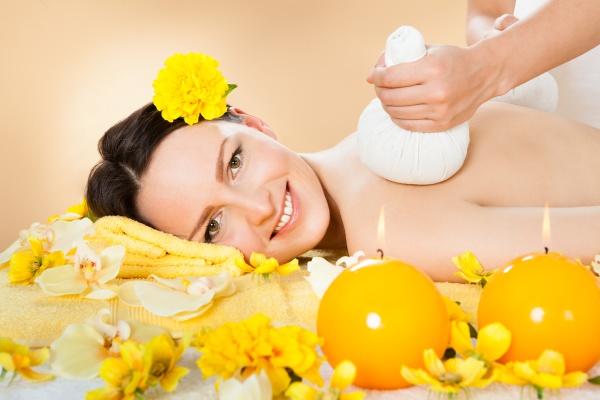 frau empfangen massage mit kraeuters stempel