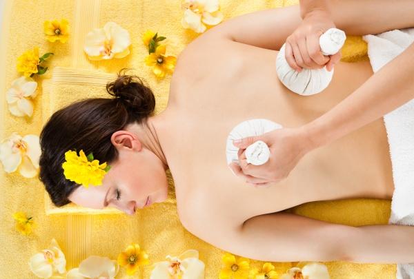 frau empfangen massage mit kraeuters kugeln
