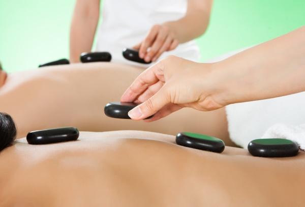 ehepaar erhaelt heisssteintherapie in spa