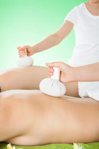 paar empfangen massage mit kraeuters stempel