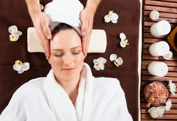 junge frau empfangen kopfmassage im spa