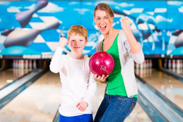mutter und kind beim bowling
