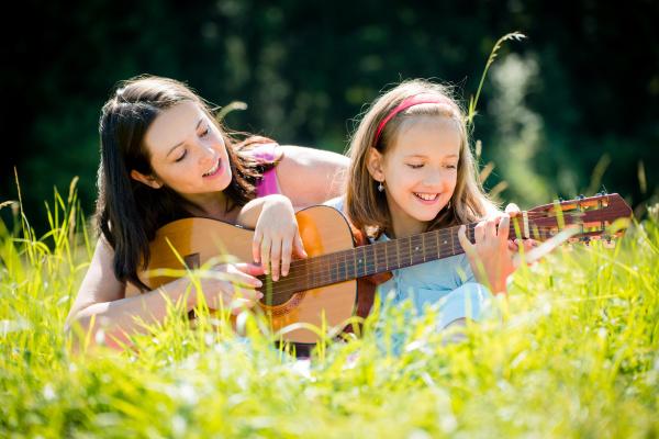 mutter lehrt tochter gitarre