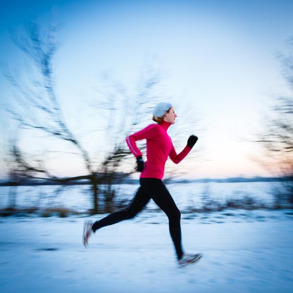 winter running junge frau laeuft