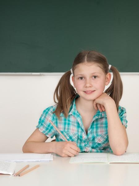 schuelerin am tisch in der grundschule