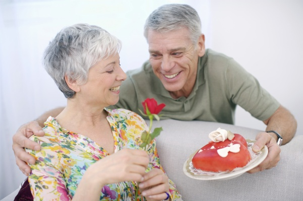 senior mann romancing frau mit valentine