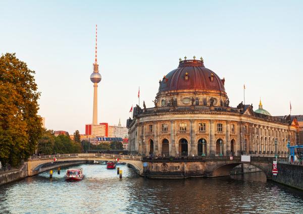 berlin stadtbild am fruehen abend