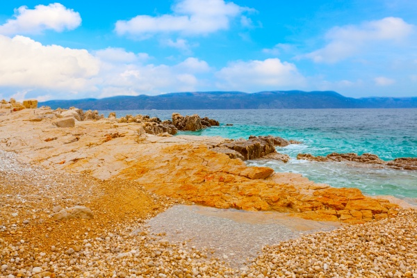 foto der adriatischen kueste mit blauem