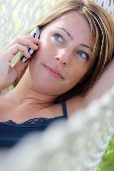frau handy telefon mobilfunk telefonieren mobiltelefon