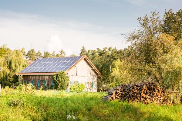 scheune mit solarpaneelen