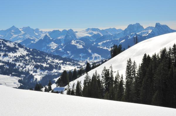 verschneite malerisch idyllische berglandschaft mit berghuette
