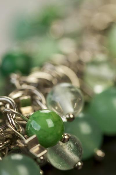 silberne halskette armband mit gruenen edelsteinen