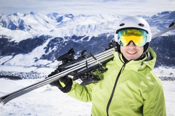 junge erfolgreiche maenner skiberg wintersportort