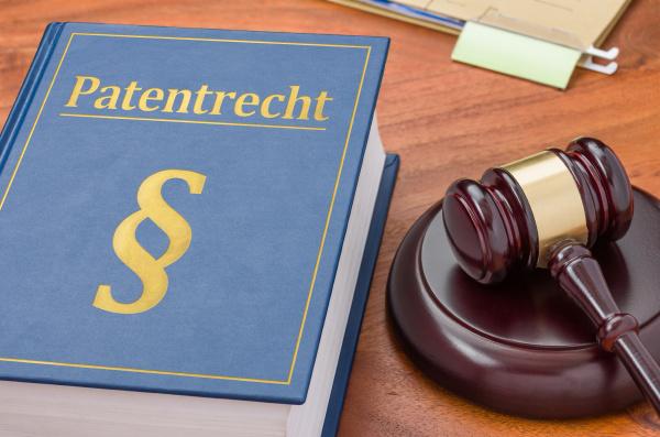 gesetzbuch mit richterhammer patentrecht