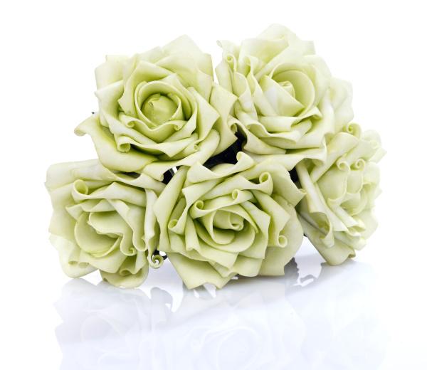 kuenstliche bouquet von gruenen rosen auf