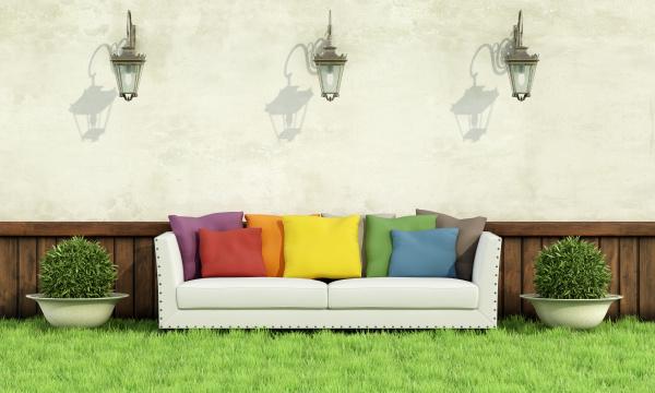 garten mit eleganten sofa