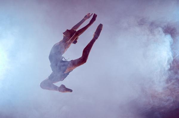 schoene junge ballett taenzerin auf einem