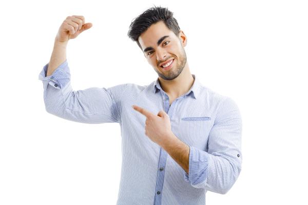 mann mit achselschweiss