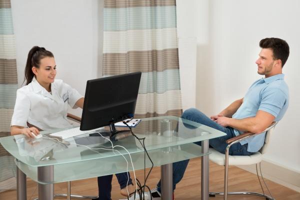 aerztin und patient in der klinik
