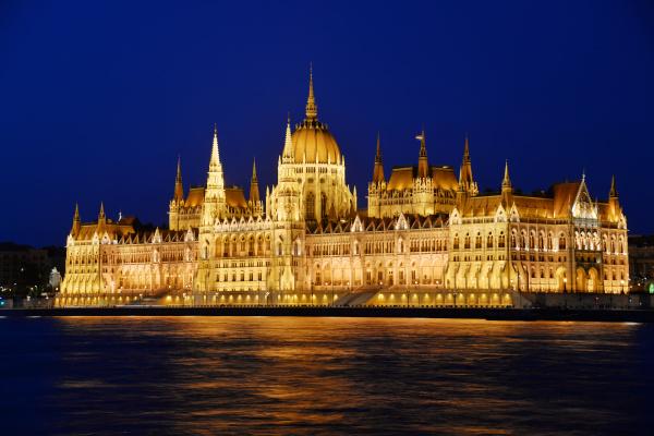 ungarisches parlamentsgebaeude in budapest bis zum