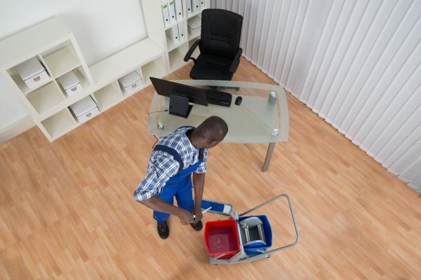 janitor reinigungsboden mit mop im amt