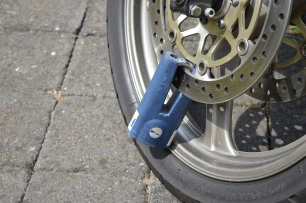 gesperrter motorradreifen
