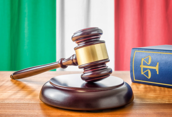 richterhammer und gesetzbuch italien