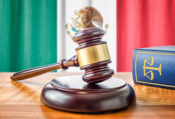 richterhammer und gesetzbuch mexiko