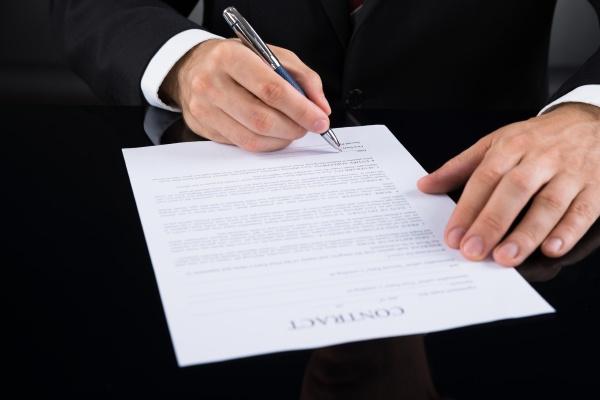 unternehmer der vertragspapier unterzeichnet