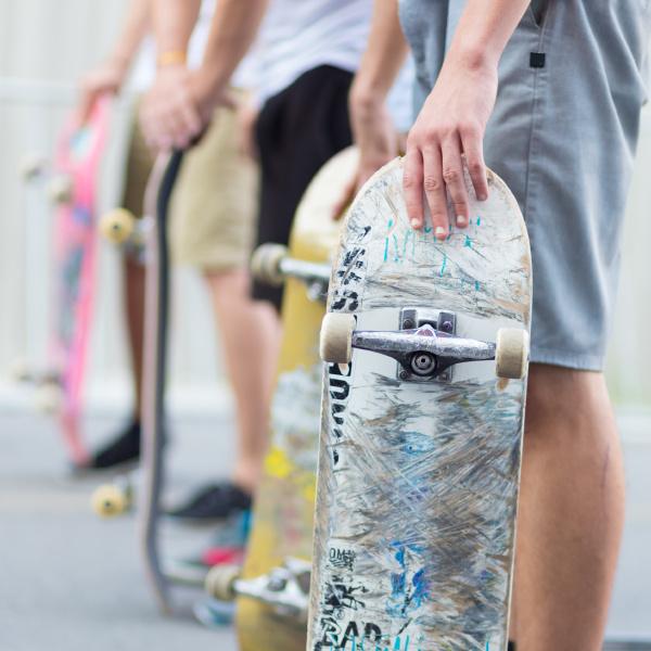 jungen skateboarding auf der strasse staedtisches