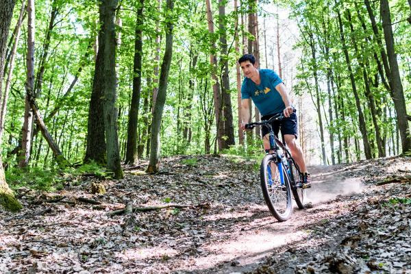 mann auf mountainbike fahrrad am berg