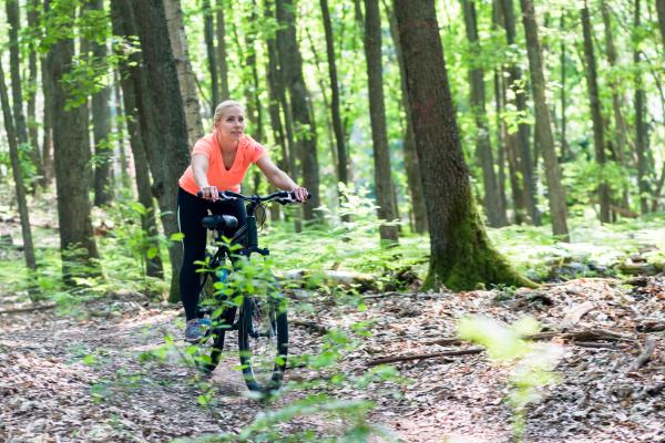 frau auf mountainbike fahrrad am berg