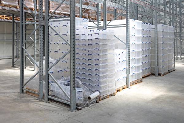 kunststoffgehaeuse in lagerhalle