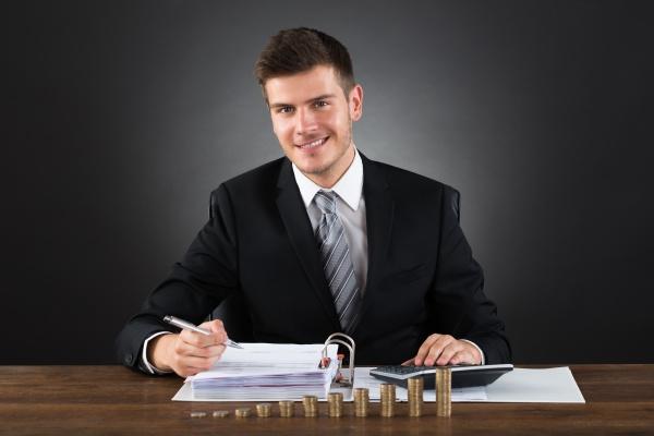 unternehmer tun accounting am schreibtisch