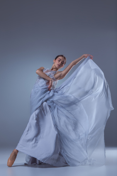 die schoene ballerina tanzt in blauem