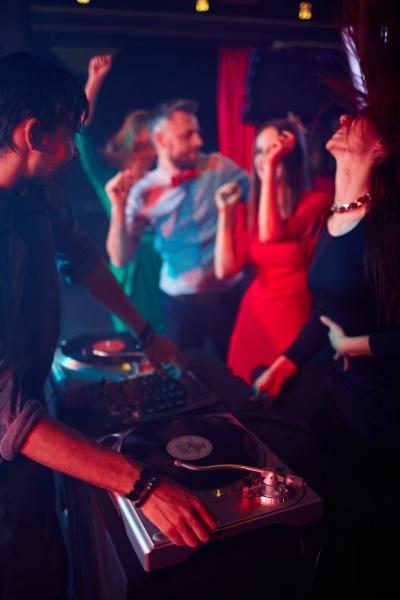 deejay und tanzende maedchen