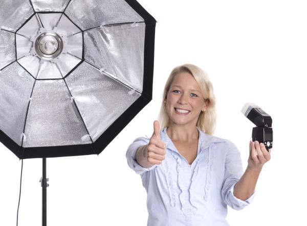 fotografin mit studioblitz und aufsteckblitz zeigt
