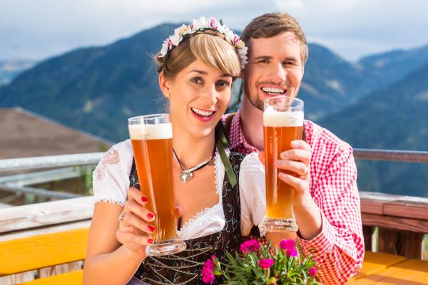 paar auf berghuette trinkt weissbier